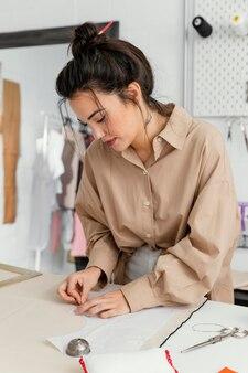 Модельер работает в своей мастерской в одиночестве