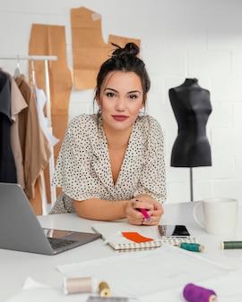 彼女のワークショップで働くファッションデザイナー
