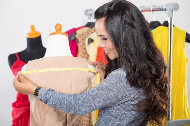 Модный дизайнер работает над дизайном или проектом