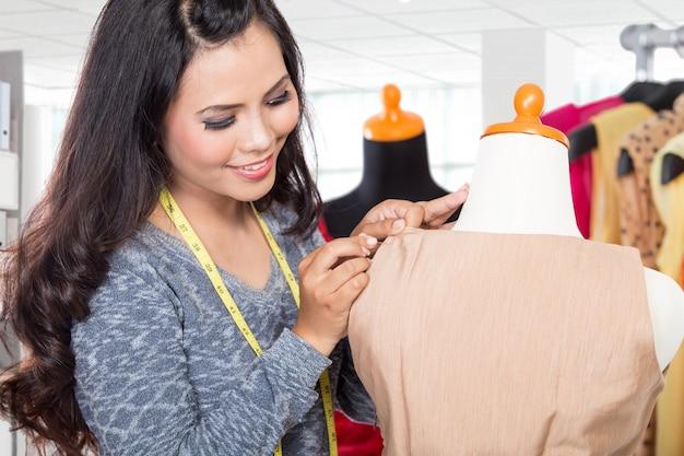Модный дизайнер работает над дизайном