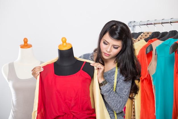 Модный дизайнер работает над проектом