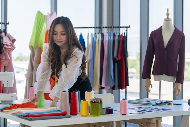 働くファッションデザイナー