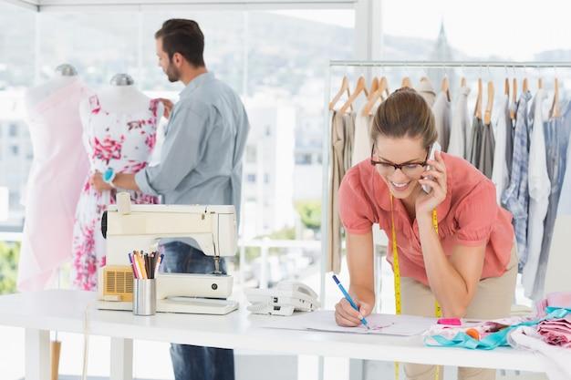 Дизайнеры моды работают в яркой студии