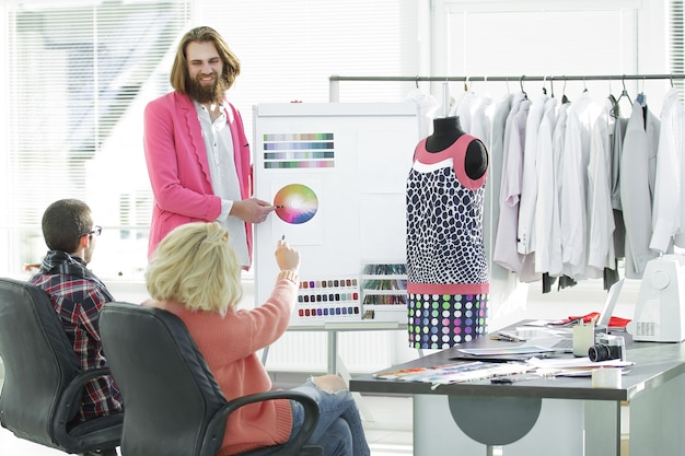Модельеры обсуждают цветовую палитру в студии.