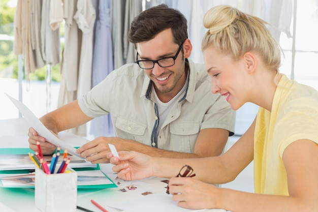 デザインを話すファッションデザイナー