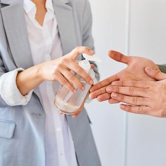 働く前に手を消毒するファッションデザイナー