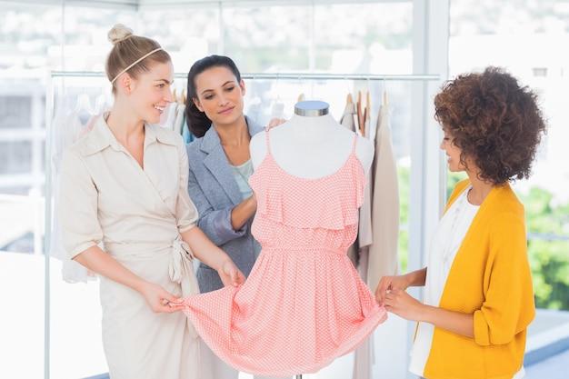 Модельеры, смотрящие на платье