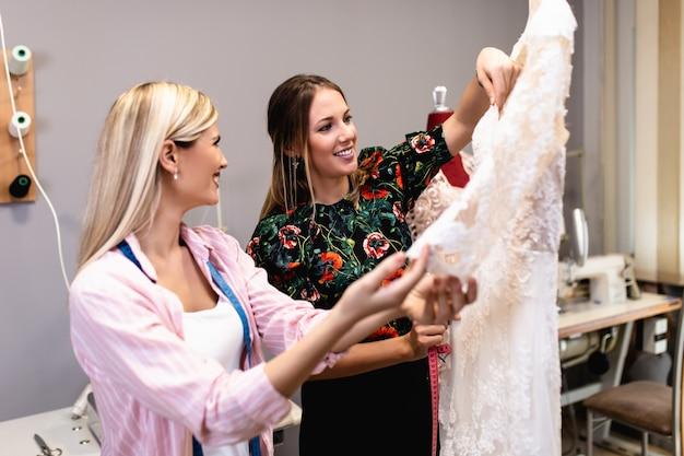 Модельеры, работающие в салоне по пошиву свадебных платьев.