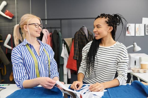 Модельеры работают над коллекцией одежды