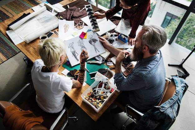 Модельеры, работающие вместе в студии