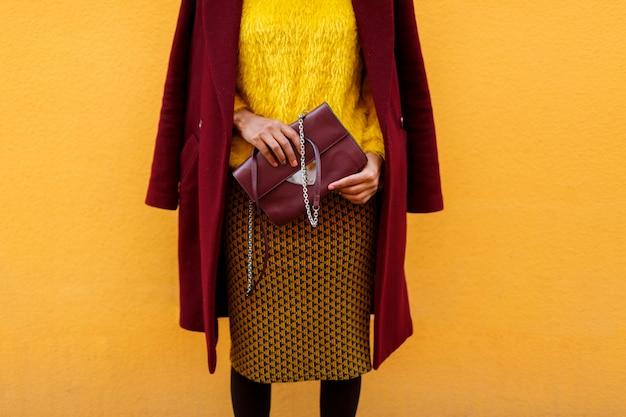 Детали моды. привлекательная женщина в стильном пальто