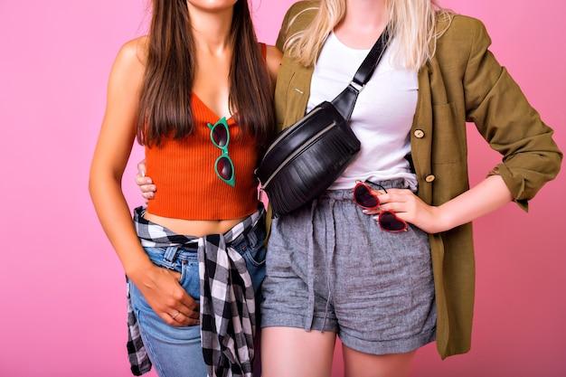 Модные детали стильной картинки, две женщины обнимаются и позируют вместе