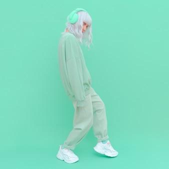 Девушка моды dj в одежде свежей мяты. минималистичный эстетичный монохромный дизайн. аква мент тренд