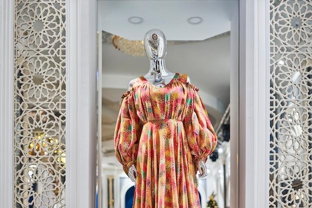 ファッションホームのマネキンのファッションドレス
