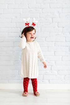 ファッション服を着て笑顔の少女