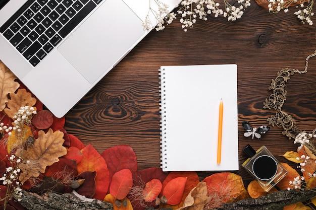 ファッション女性のアクセサリーセット。紅葉、紙のノートとラップトップ