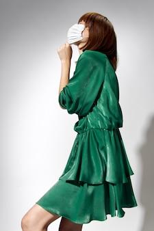 패션 여성 코로나 바이러스, 장갑 및 보호용 의료 마스크로 포즈를 취하는 모델