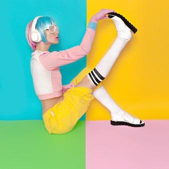 Мода фитнес dj girl творческий стиль поп-арт. минималистичный дизайн, мода сладкие цвета