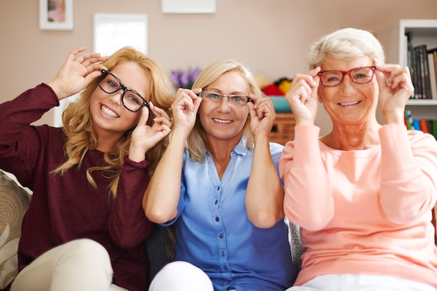 年齢に関係なく、それぞれのメガネのファッションフレーム