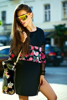 Мода смешной гламур стильный сексуальный улыбающийся красивая молодая женщина модель в черном битник летней одежды на улице после покупок