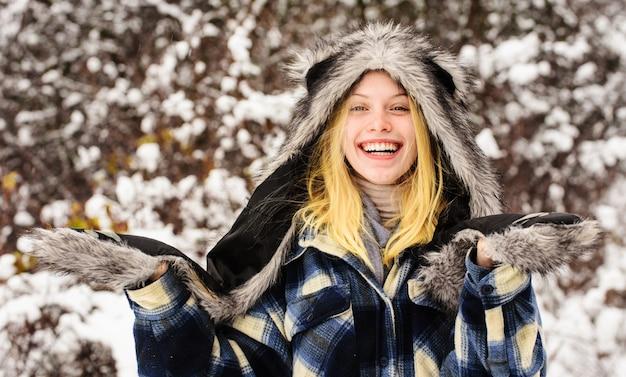 冬のファッションの女の子、冬の公園で暖かい服を着た美しい女性。