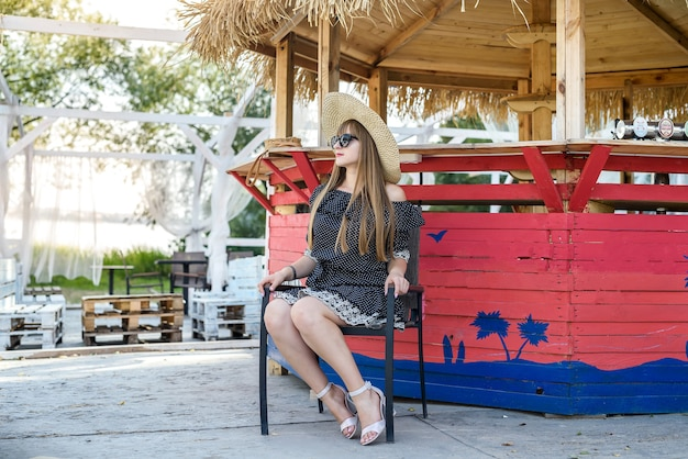 Мода девушка отдыхает на природе в летнее время