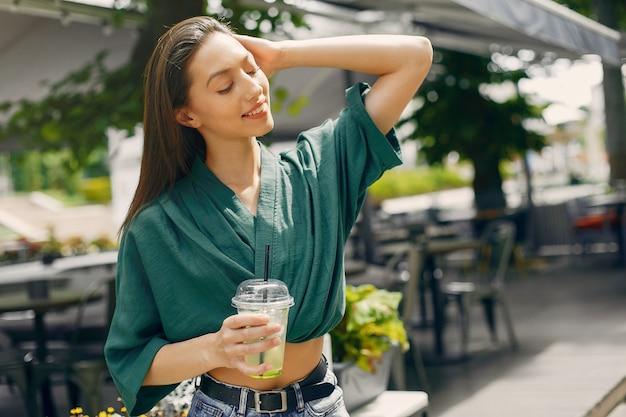 夏の街に立っているファッションの女の子
