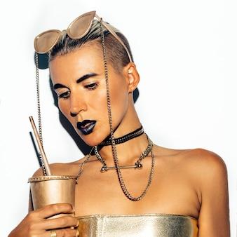 Девушка моды swag роскошный стиль. золотая вечеринка