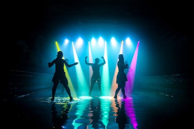 Модные девушки танцуют на воде