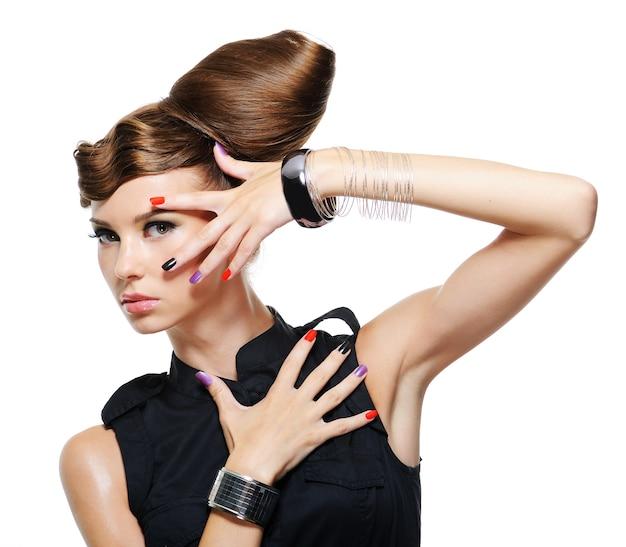 創造的な髪型のファッショングラマーガール-白い背景