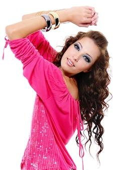 スタイリッシュな赤いブラウスのファッショングラマー若い女性
