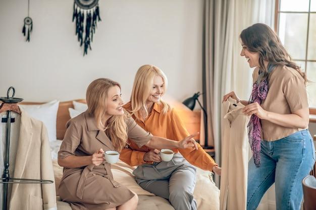 패션. 함께 시간을 보내고 새로운 패셔날베 옷에 대해 토론하는 여성 그룹