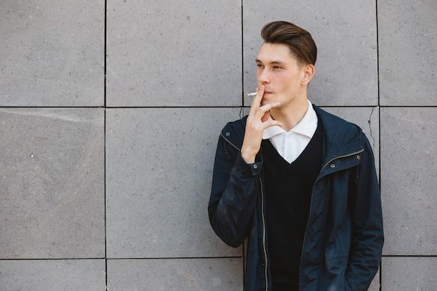 ファッションヒップスター男性モデル喫煙