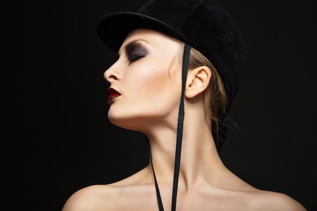 黒い帽子をかぶったファッション騎手