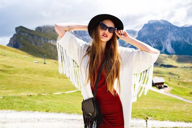 Модный образ стильной женщины в элегантном роскошном наряде в стиле бохо