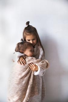 패션 아이 포즈. 어린이 패션, 겨울, 우정의 개념.