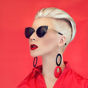 ファッション女性黒赤スタイル