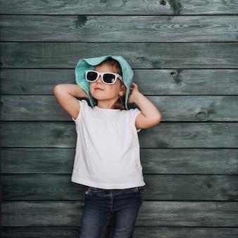 小さな女の子、子供服を着てファッション。美しい展覧会。