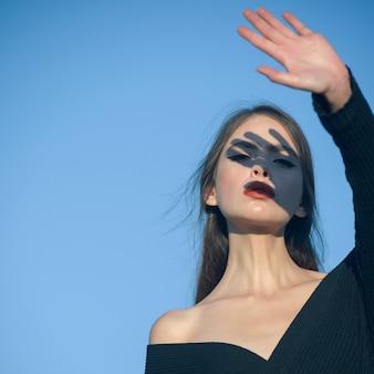 관능적 인 얼굴 빛과 그림자와 여자의 스타일 패션 액세서리 근접 촬영 초상화와 세련된 여자 뜨거운 여름 소녀 뷰티 레이디 착용 패션 모자 로맨틱 모델 여자의 패션 모습