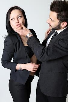 Мода мужчина и женщина. концепция мужского доминирования