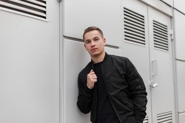 Модель человека в черной одежде на улице