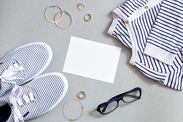 ファッションマリン衣装。女性現代服フラットセット。プルオーバー、靴のゆったりとした外観