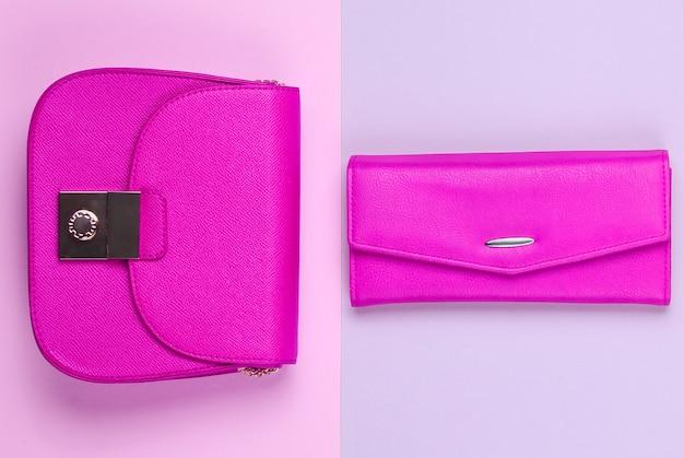 ファッションのミニマルなコンセプト。パステルカラーの背景に2つのバッグ、財布。上面図
