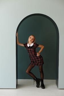 スタジオで秋のイメージのファッションモデルブロガー。秋の気分