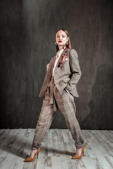 패션 모델. 매력적인 소녀와 그녀의 새로운 의상 포즈
