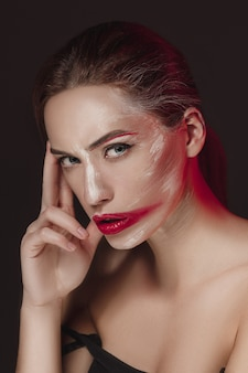 컬러 얼굴로 패션 모델 소녀 그린. 화려한 추상 화장 아름 다운 여자의 뷰티 패션 아트 초상화.