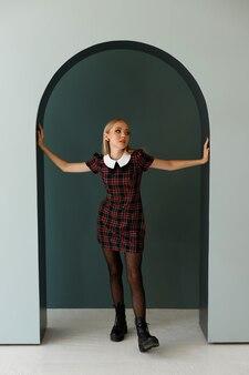 写真スタジオで秋のイメージのファッションモデル。秋のポスター、ショッピング、ブロガー