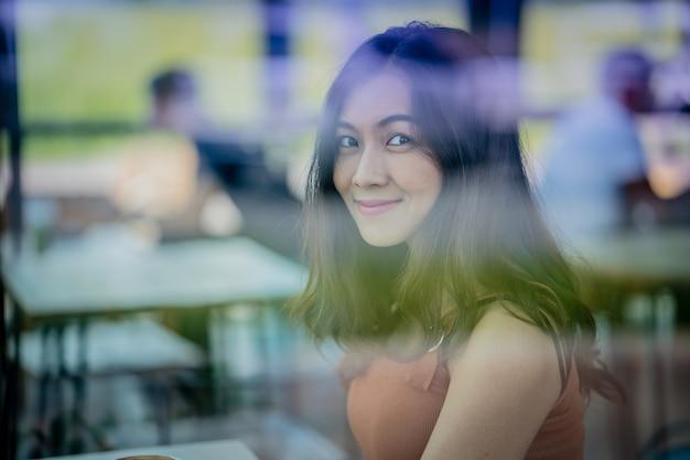 커피 숍에서 패션 모델입니다. 아름다운 섹시한 여자