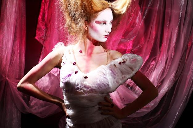 スタイリッシュなアジアのイメージのファッションモデル