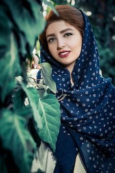 Modello di moda in abito orientale in stile etnico antico con scialle testa nella natura